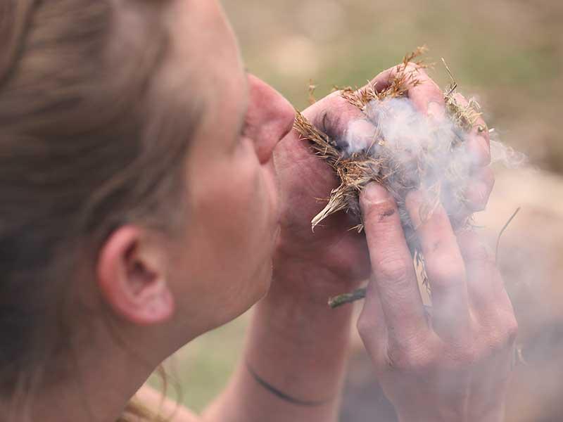 Frau Rauch Feuermachen